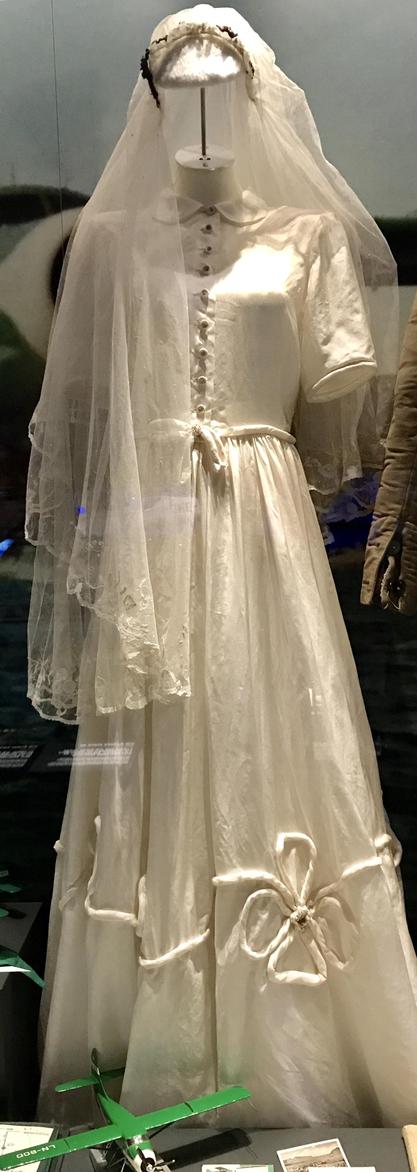 Hochzeitskleid aus Fallschirmseide.